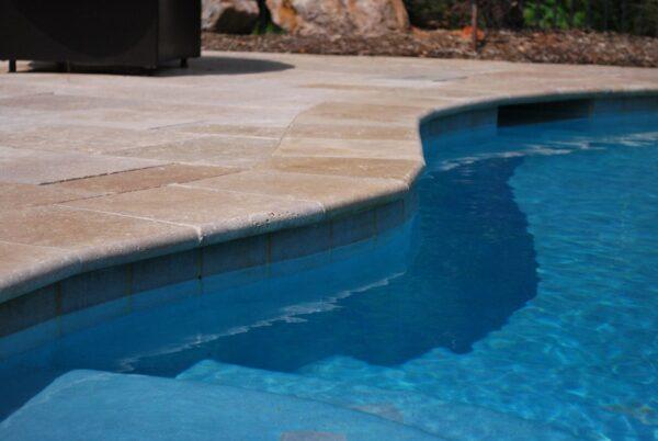 margelle de piscine en travertin